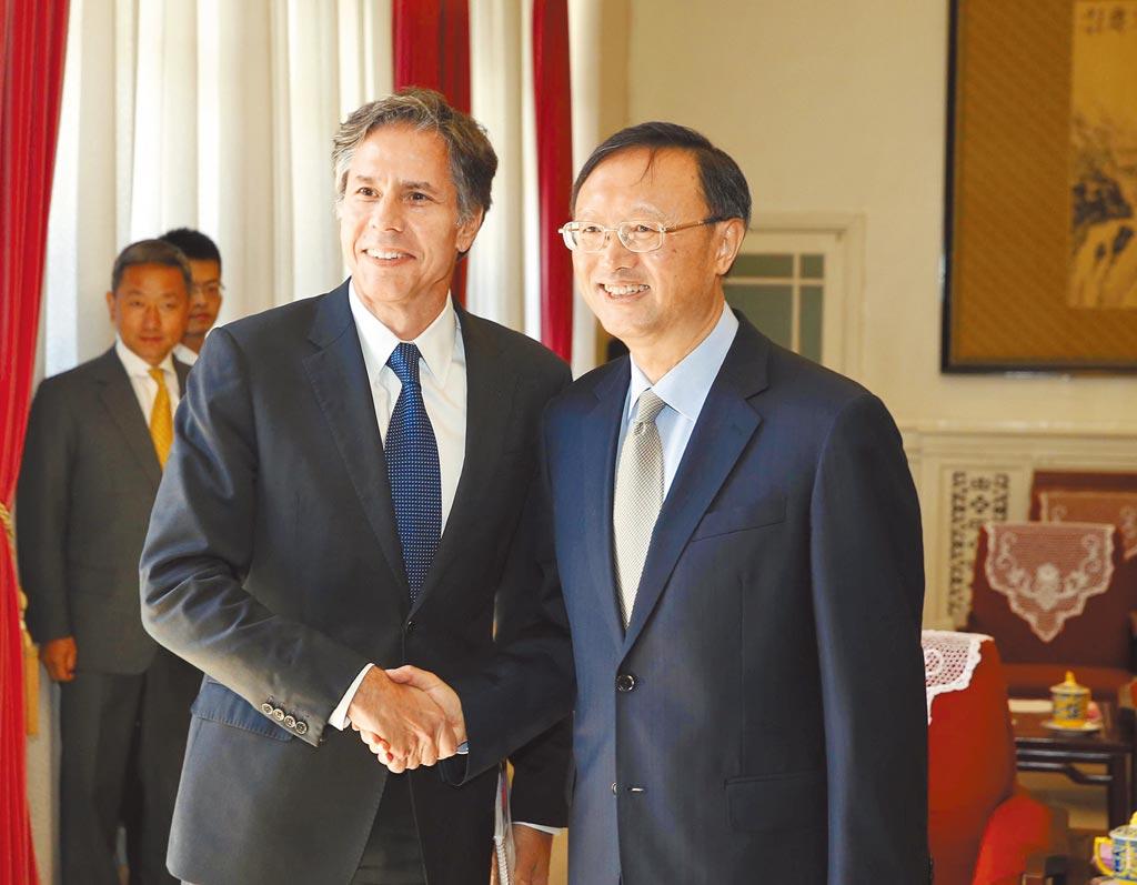 中美2+2高層會談18日登場,中國外事委辦公室主任楊潔篪(右)將與美國務卿布林肯,在美國阿拉斯加舉行會談。圖為兩人2015年在北京會面場景。(新華社)