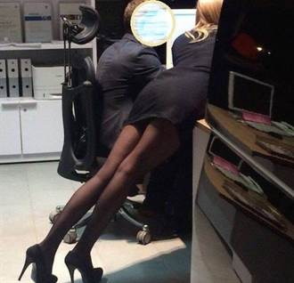 制服誘惑 加班羞見OL趴電腦露黑絲長腿 網暴動:怎專心上班