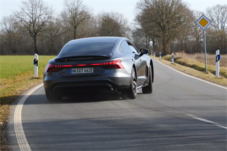 Audi e-tron GT 飆上德國無速限高速公路:四大頂規電動跑車你愛誰?