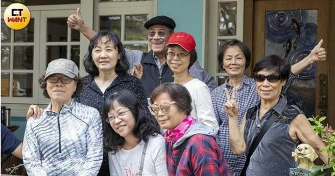 旅居美國多年的田文仲,3年前回台定居,在高雄左營經營音樂餐廳,每天都有不少客人慕名而來,熱鬧程度彷彿是粉絲見面會。(圖/宋岱融攝)