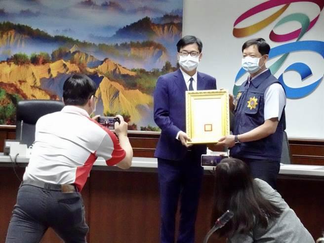 高雄市長陳其邁15日主持治安會報,表揚破案有功員警。(林宏聰攝)