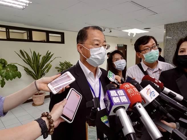 治安會報前,高市警察局長黃明昭親自面對媒體,說明凌晨發生的持槍滋事案情。(林宏聰攝)