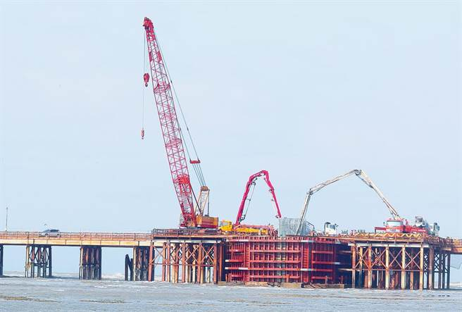 麥寮救藻礁、替代三接等說法引熱議。圖為施工中的三接連接橋梁工程現況。(陳怡誠攝)