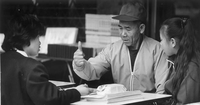 1988年,一位老兵前往代辦返鄉探親的旅行社,詢問相關事宜。(江妙瑩攝)
