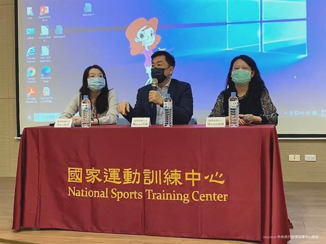 中央疫情指揮中心團隊陳宗彥副指揮官,率隊南下國家運動訓練中心親自說明疫苗施打的流程與注意事項。(指揮中心提供)