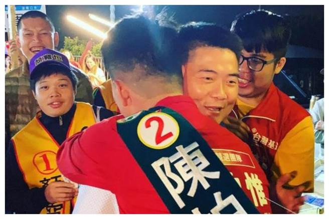 圖為陳柏惟和顏寬恒擁抱的照片。(摘自顏寬恒臉書)