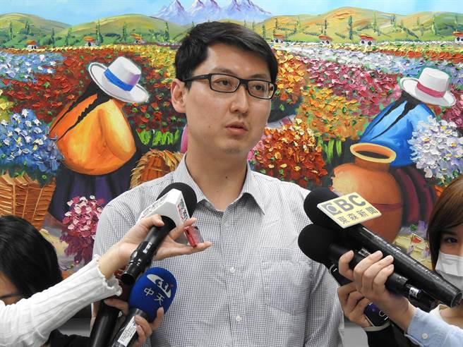 連勝文辦公室發言人錢震宇下午接受媒體採訪。(趙婉淳攝)