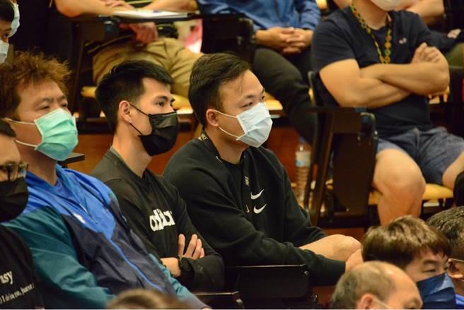 奧運選手鄭兆村(右)聆聽疫苗施打教育宣導。(國訓中心提供)