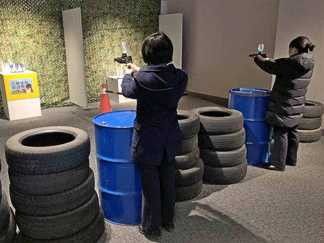 「戰地小學堂」親子遊戲場配置丁丁車賽道、水彈射擊體驗場地。(李金生攝)