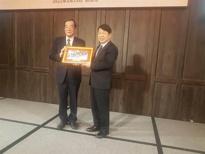 上市櫃公司協會理事長朱志洋(右)致贈紀念品給考試院長黃榮村。(圖/許昌平)