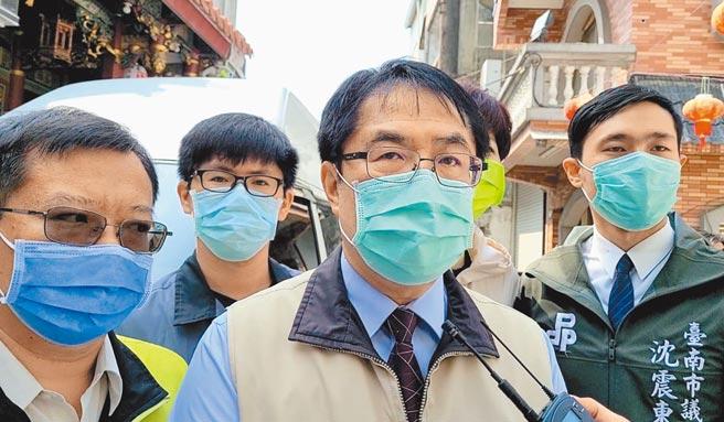 台南市長黃偉哲(中)提到疫苗,直言有些人很奇怪,疫苗還沒到時,就說台灣太晚取得疫苗,等疫苗到了卻推推推,說「我OK你先打」,這個邏輯很奇怪。(曹婷婷攝)