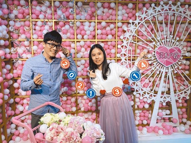 3月14日是諧音「一生一世」的白色情人節,淡水戶政事務所打造浪漫「粉紅泡泡」背板,為前來登記結婚的新人獻上祝福。(許哲瑗攝)