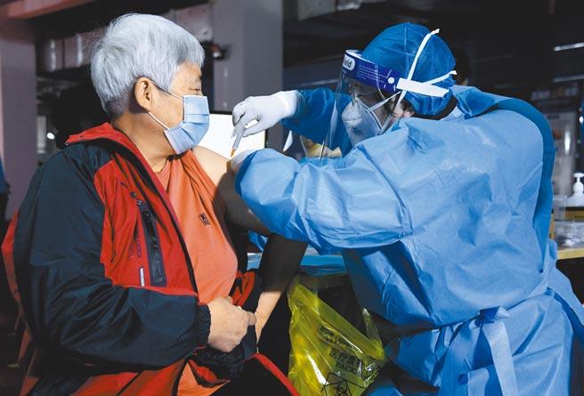 北京14日起为60岁以上老人施打大陆国产疫苗,但须经健康谘询,工作人员还会帮助无法自行预约接种的老人现场预约。(新华社)
