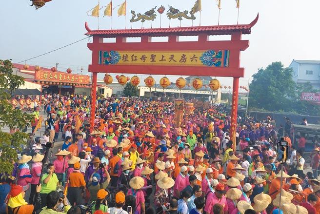 云林县宗教大事「六房妈过炉」活动每年都有10万人次信徒随香,去年因疫情取消,今年将恢復遶境。(本报资料照片)