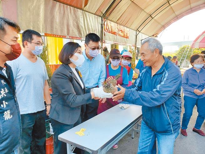 雲林縣長張麗善(左三)向土地公上香祝壽後也幫忙發鳳梨,呼籲民眾4、5月鳳梨盛產時,也要多吃多支持。(周麗蘭攝)