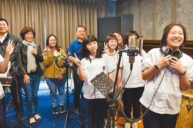 豐田國中原住民流行音樂班14日在專業錄音室開心秀成果,但有家長擔心孩子3年後的銜接問題。(莊哲權攝)