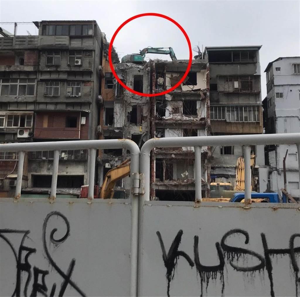 怪手在屋頂的照片引起網友熱議,有內行人看到也跳出來替大家解惑。(圖翻攝自FB/爆廢1公社)
