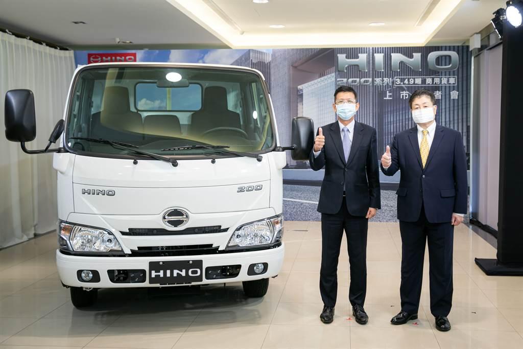 Hino 200系列3.49噸貨車全球首發,圖為和泰汽車商用車本部長葉嘉涵(左)及國瑞汽車協理小鹿野(右)。