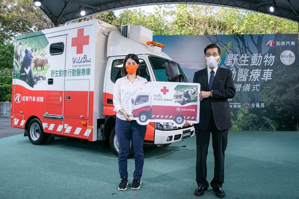 野灣野生動物保育協會為唯一設立在東部的野生動物救傷中心,由執行長綦孟柔(左)代表受贈 ,與和泰汽車董事長黃南光(右)合影。
