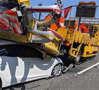 國3白色小客車衝撞工程緩撞車尾端 車頭遭擠壓變形