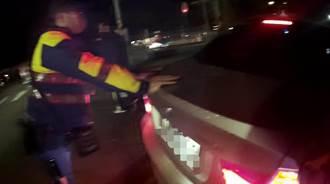 轎車水箱破洞拋錨 熱心警幫忙推路邊