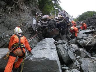 【蘇花車禍】恐怖東澳段 11年前颱風天落石砸遊覽車墜海26死