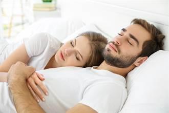 女友愛疊在身上睡 男崩潰PO怪姿勢圖:女生都這樣?