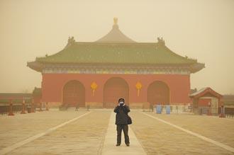 漫天黃沙狂吹 北京人驚呆了