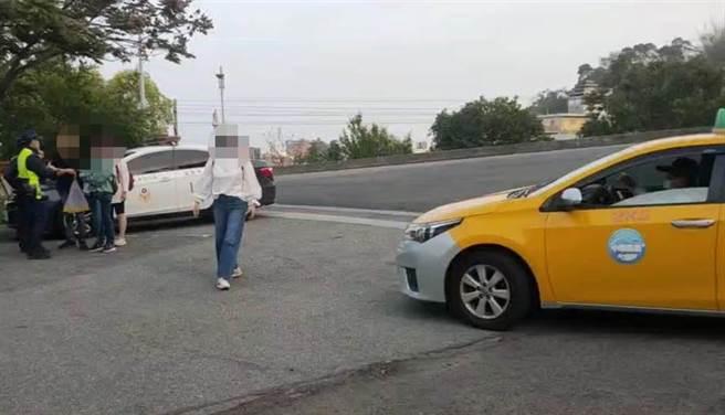 台北遊客到苗栗市功維敘遊玩,疑遭遊覽車司機丟包,等了1個多小時只好報警求援。(讀者提供/何冠嫻苗栗傳真)
