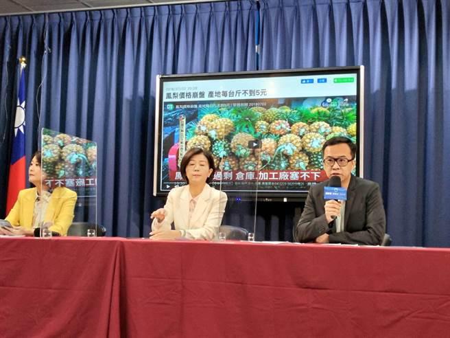 黃子哲(右起)、王育敏及王鴻薇上午開記者會。(黃福其攝)