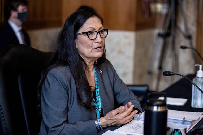 美首位原住民內政部長 眾議員哈蘭獲參院確認。圖為美國聯邦眾議員哈蘭(Deb Haaland)。(圖/路透)