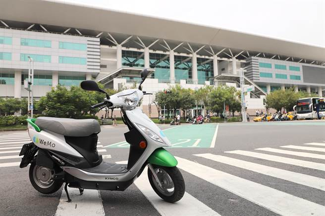 WeMo Scooter 提供高雄左營高鐵站信府地上專屬免費停車場。(WeMo提供)