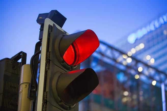 男子紅燈右轉遭員警攔下,他竟怒嗆對方「你搞什麼東西」、「你去開別人啦」,遭依不服稽查取締逃逸罰2萬元、吊扣駕照6個月。(示意圖/Shutterstock提供)