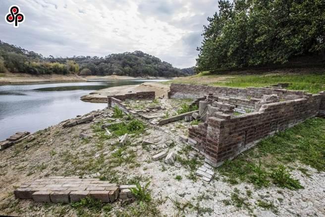 圖為近期寶山水庫蓄水量剩2成,早年徵收民宅的淹沒區,露出斷垣殘壁。(本報資料照片)