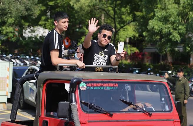 泰山高中今天進行冠軍遊行,教練廖文彬(右)和球員蔡宸綱(左)分在同一輛吉普車。(泰山高中提供)