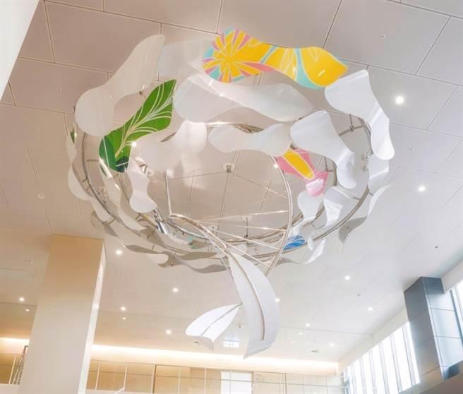 新北市土城醫院為提供舒適就醫場域,近期以「藝術浸潤空間概念」在醫院空間設置公共藝術裝置。(土城醫院提供)