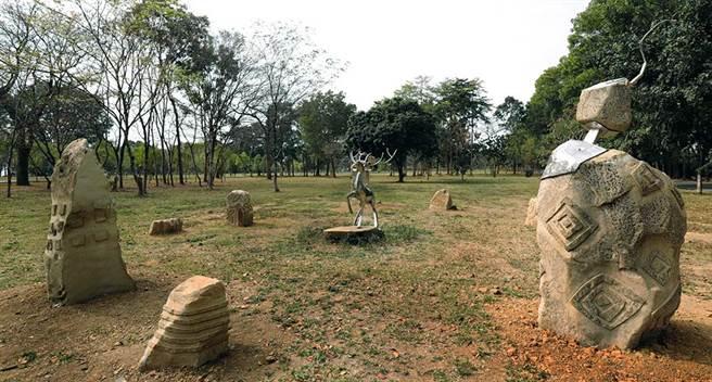 台灣當代原民藝術家雷恩創作大地之心,結合石頭圖騰象徵人類古老文明的雕刻,與其鋼雕「鹿」的生命力量,傳遞人類與自然的共生共融,相互依存。(圖片提供/茂林國家風景區管理處)