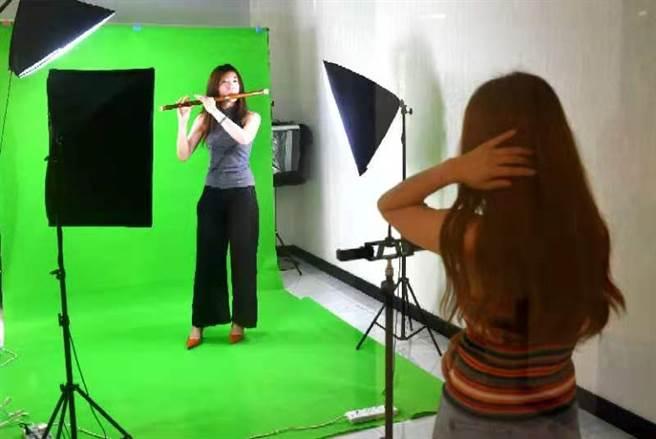 來自台灣的竹笛教師柯承妘在疫情期間通過「台青第一雲家園」給網友普及笛子的演奏知識。(作者提供)