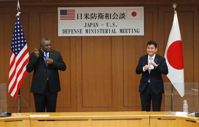 美国国防部长奥斯汀与日本防卫相岸信夫16日在东京的防卫省举行会谈。(路透)