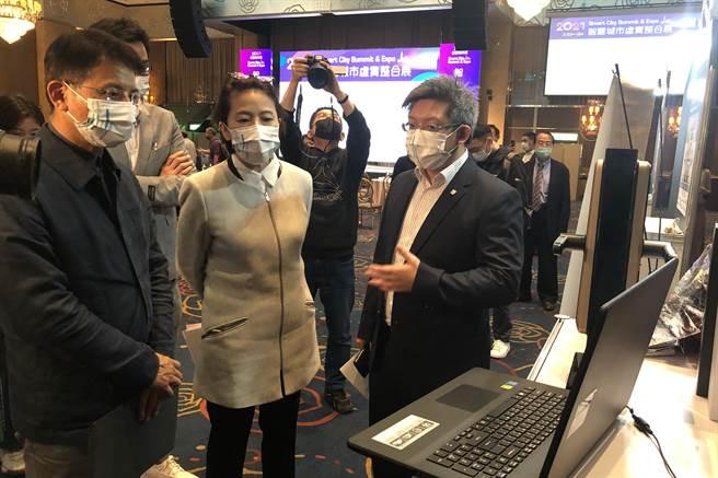 台北市副市長黃珊珊(中)參觀中保科攤位,由副董事長林建涵擔綱解說。(中保提供)