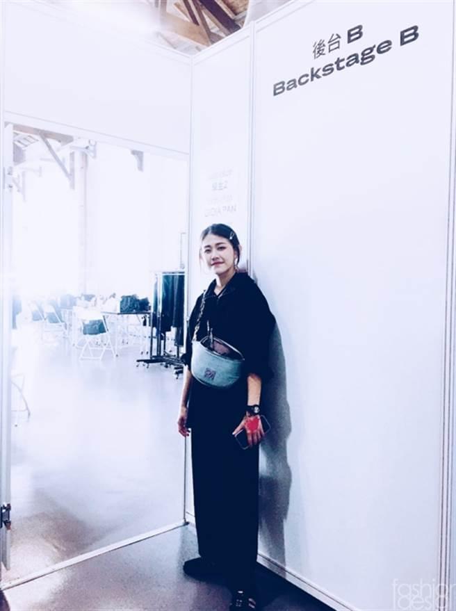 時尚系105級校友劉愷寧為「GIOIA PAN 潘怡良設計師」2021秋冬品牌秀做幕後造型梳化