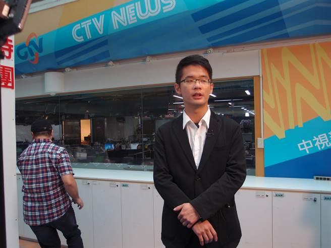 今年29岁的李戡受到父亲的影响,一向支持统一,他放弃台湾大学到北京大学就读,毕业后到英、美深造,最近刚通过英国剑桥大学博士论文答辩。(图/宋秉忠摄)