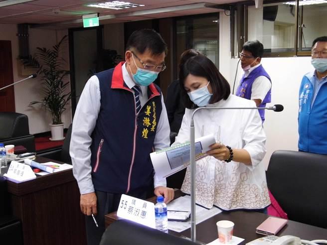 2017年市議員選舉時,台南市首度採大選區制,由18區合併為13區,但因選民服務等問題引發反彈,有藍營及無黨籍議員呼籲改回小選區制,部分綠營議員也對選區畫分有意見。(莊曜聰攝)