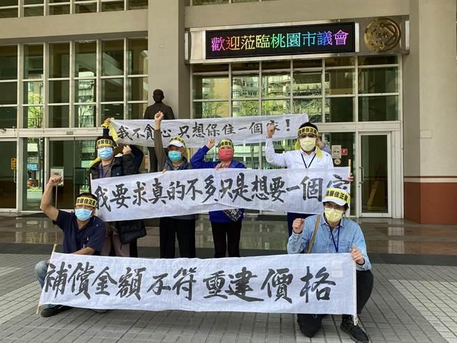 公督盟祕書長江裕福(第二排右一)及航空城徵收戶要求調高評點,16日赴議會聆聽,並到議會外高喊「我要一個家,我不要負債重建」抗議。(蔡依珍攝)