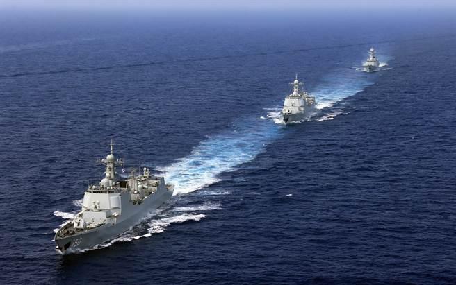 美国防官员指出,若在军事上对北京逼迫过头,其反而会以此为藉口,做出更多不利于台湾的行为。图为共军舰队于南海编队航行。(图/中新社)