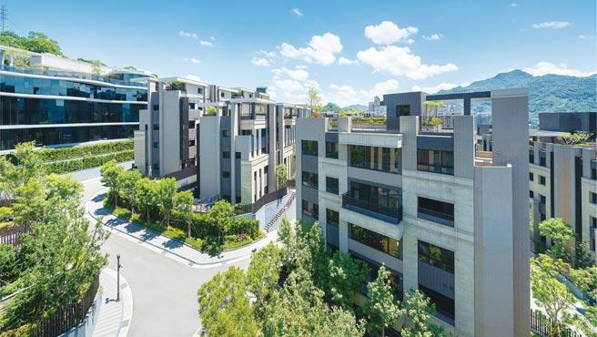 以低密度開發的「冠德微山丘」是北市少見的「重疊別墅」規劃,一棟兩戶享有專屬庭院或星空花園。圖/業者提供