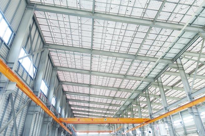 冠旭廠房使用自家開發的免屋頂浪板太陽能防水支架,廠內光線充足明亮。圖/黃俊榮