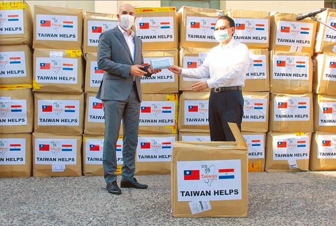 布林肯稱台灣為「民主夥伴」,呼籲台灣南美洲友邦巴拉圭與之合作,共同對抗疫情。圖為2020年,駐巴拉圭大使周麟(右)捐贈口罩給巴拉圭,由衛生部長馬索雷尼(Julio Mazzoleni)代表接受,馬索雷尼並在推特貼文感謝台灣。(摘自Julio Mazzoleni推特)