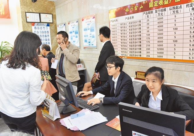 兩岸股市去年起大漲,許多大陸年輕人紛紛開戶,投入股市。圖為廣州一家券商營業點顧客盈門。(新華社)