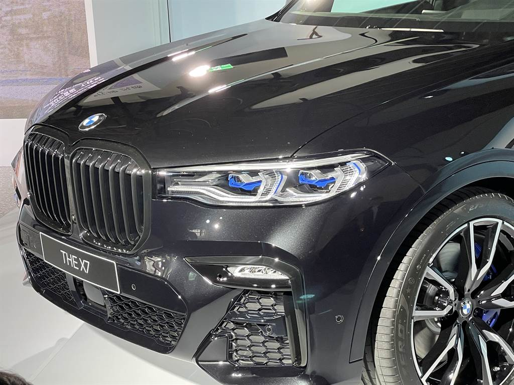 BMW標誌性的水箱護罩採黑化塗裝,引擎蓋底下藏的是3.0L直六引擎,擁有333hp最大馬力輔以11hp 48V輕型複合動力系統。